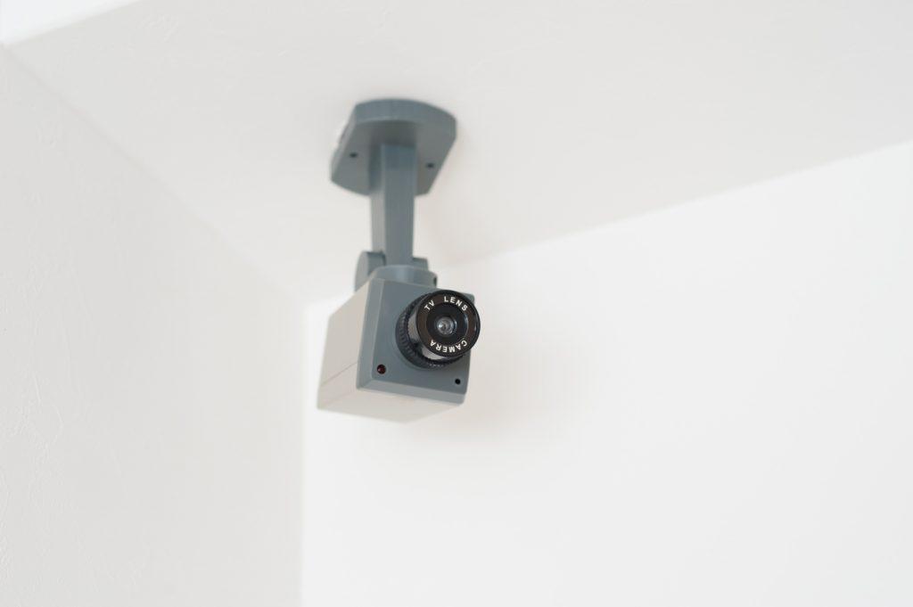 防犯カメラの設置費用は?費用対効果でみるダミーと本物の違いとは?